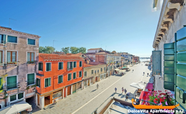 Appartamento a venezia biennale con 4 camere da letto for Quanto costa una casa con 4 camere da letto